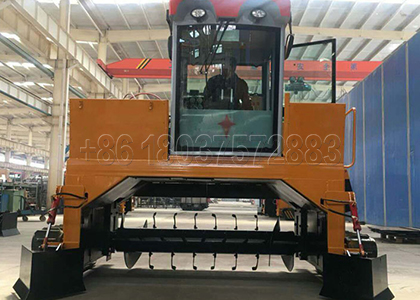 Crawler-Type Chicken poop Composting Machine in Chicken Manure Fertilizer Plant